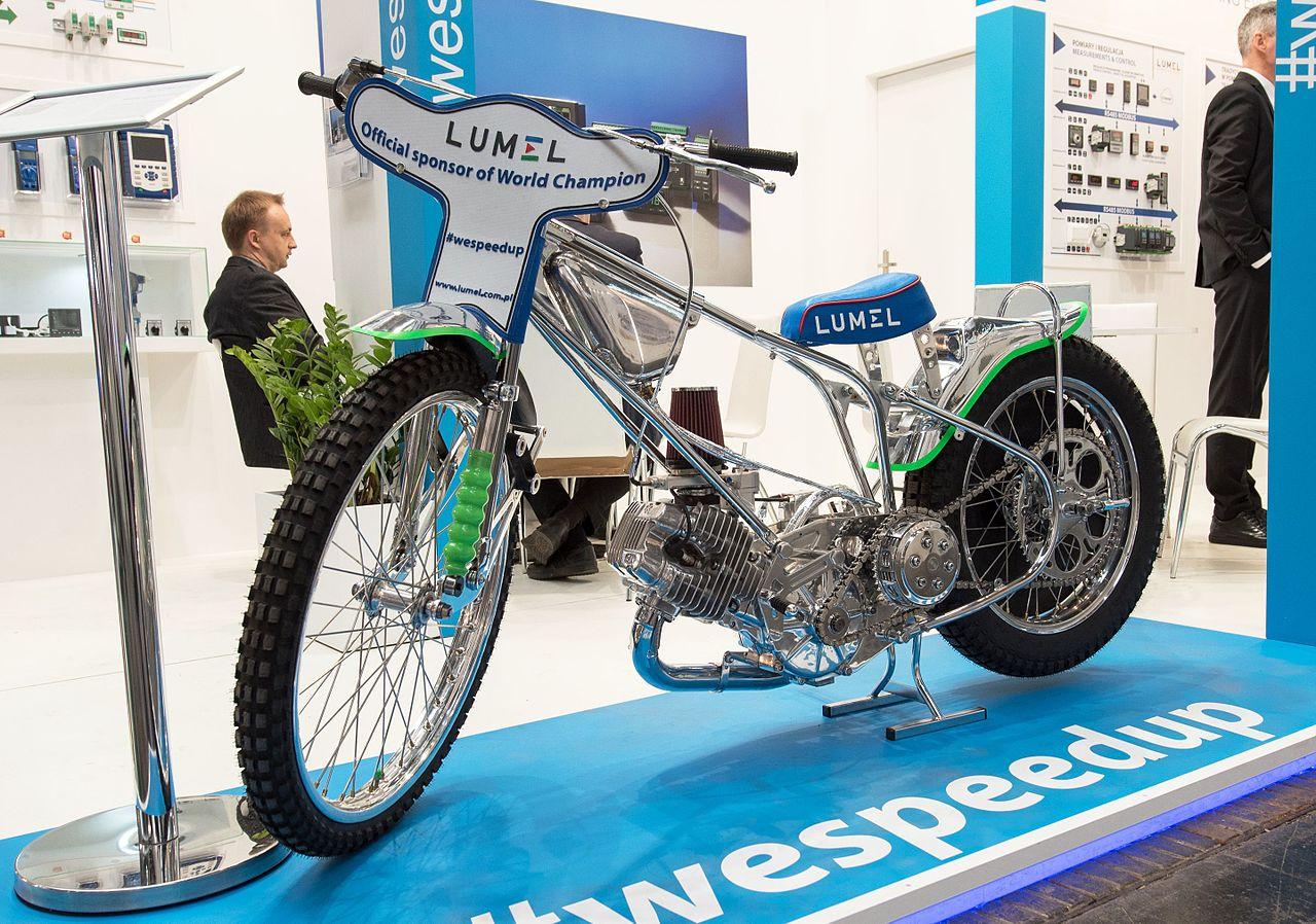 Bild på Patryk Dudeks speedwaymotorcykel från en motormässa i Hannover 2017.